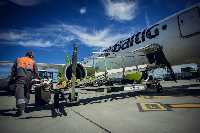 """""""airBaltic"""" pajamos už papildomas paslaugas augo 35%"""